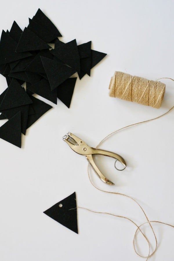 Here's a quick tutorial for this cute DIY Halloween Banner for your Mantle.