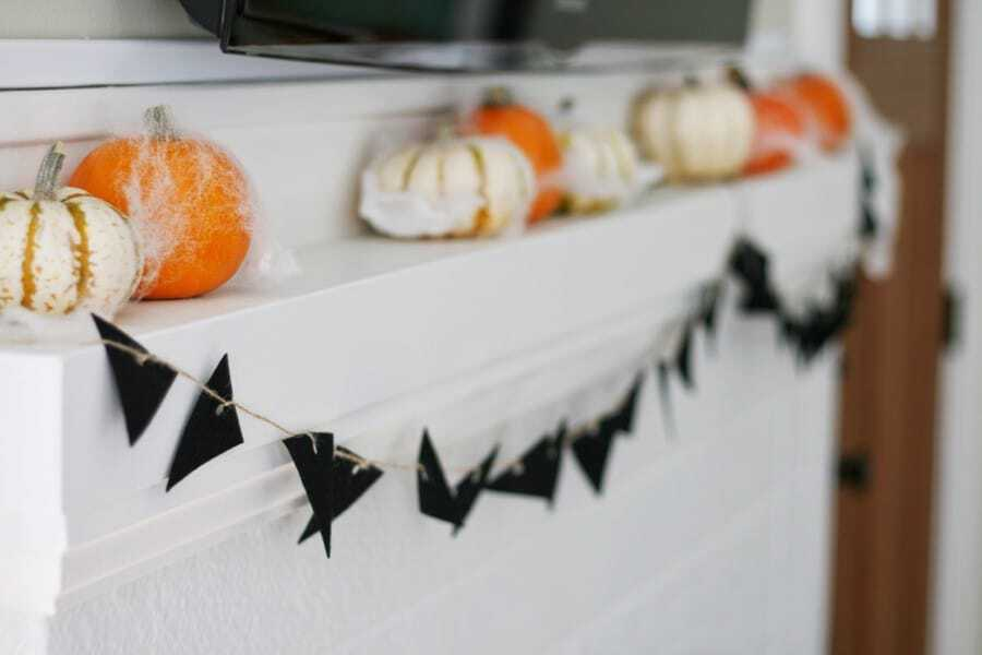 DIY Halloween Banner for your Mantel - Make this easy and festive DIY Halloween Banner!