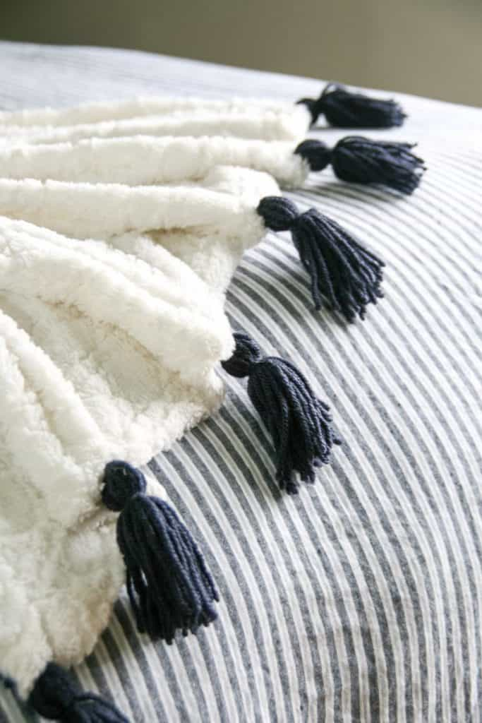DIY Tassel throw blanket. A great way to add character and texture to your decor. decorhint.com