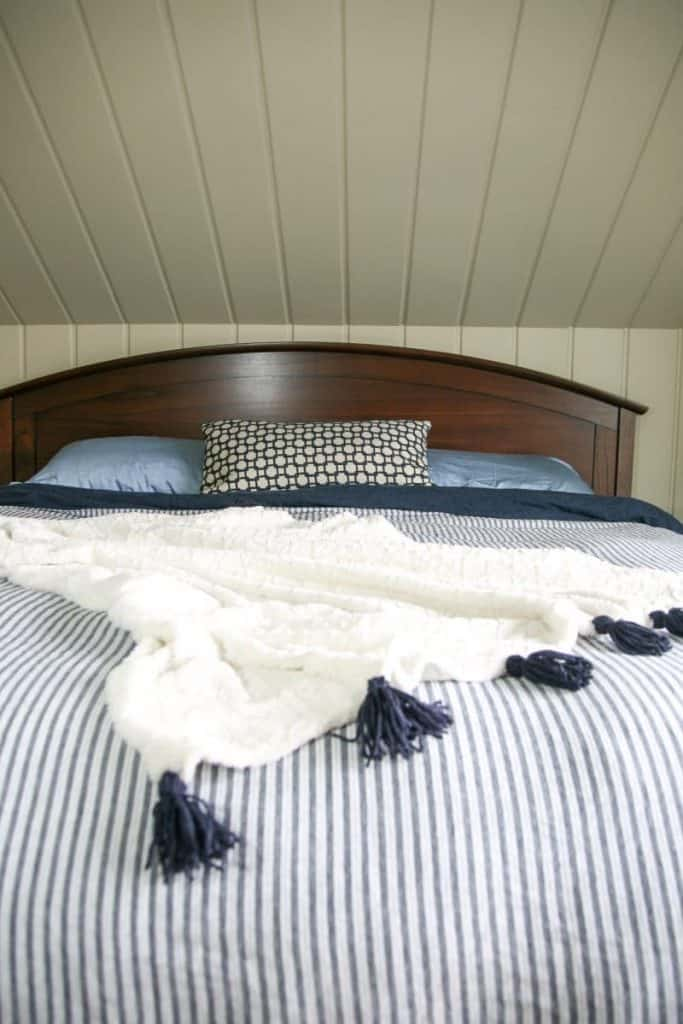 DIY Tassel throw. A great way to add character and texture to your decor. decorhint.com