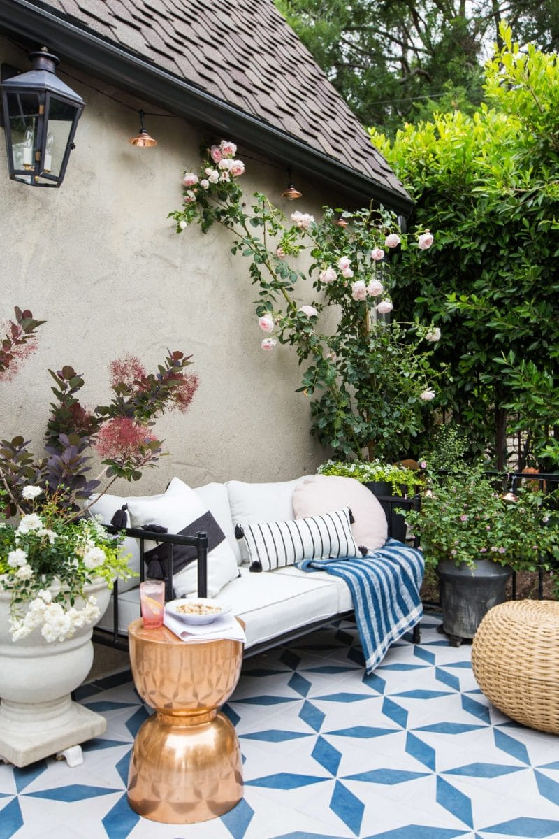 These dreamy patios will give you lots of inspiration for decorating your own outdoor spaces.  From beautiful plants and flower ideas to gorgeous outdoor accessories and furnishings, you are sure to find something you love here!