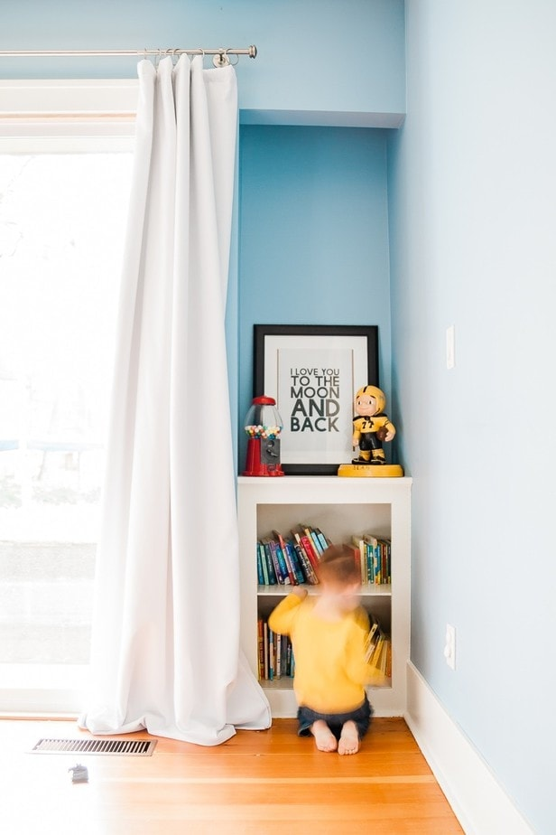DIY Blackout Drapes - Project Fail - Living in the PNW, it doesn't get dark until really really late in the summer. I've learned that blackout drapes are essential to getting my kids to go to bed. And really my hubby and I for that matter! I'm going to show you a cheap trick for diy blackout drapes on a budget that will get these puppies up on your windows in no time.