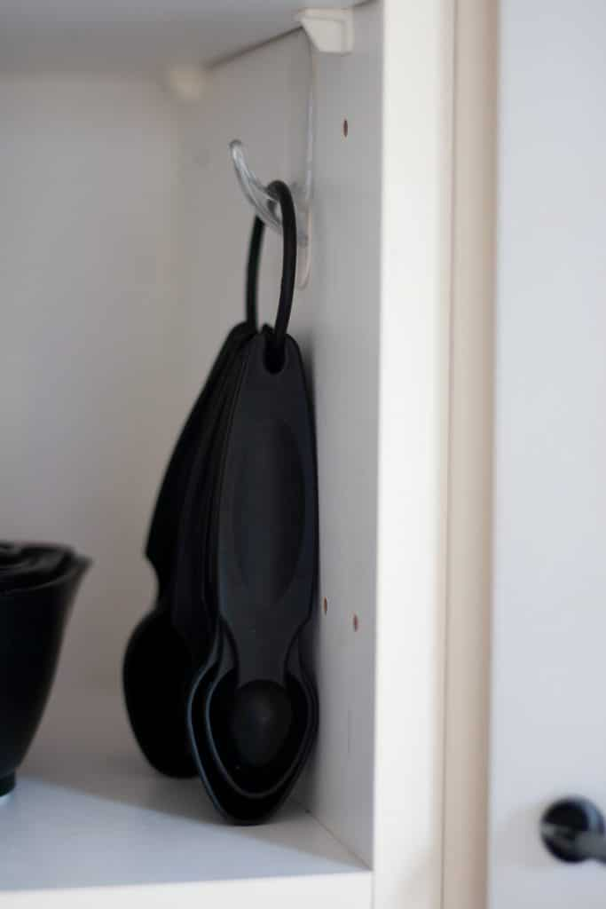 Here's a bunch of handy command hook hacks and uses. I'm sharing my favorites with you here! It's amazing how many uses there really are for these things. Click through to see some clever ways you can use these 3m command sticky hooks to make your life easier and help keep you organized.