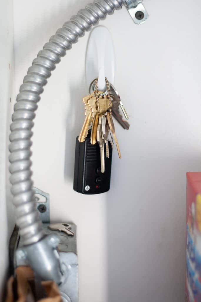 Command Hook Hacks to Make your Life Easier! - Here's a bunch of my favorite command hook hacks and ideas.  It's amazing how many uses there really are for these things.  Click through to see some clever ways you can use these 3m command sticky hooks to make your life easier and help keep you organized.