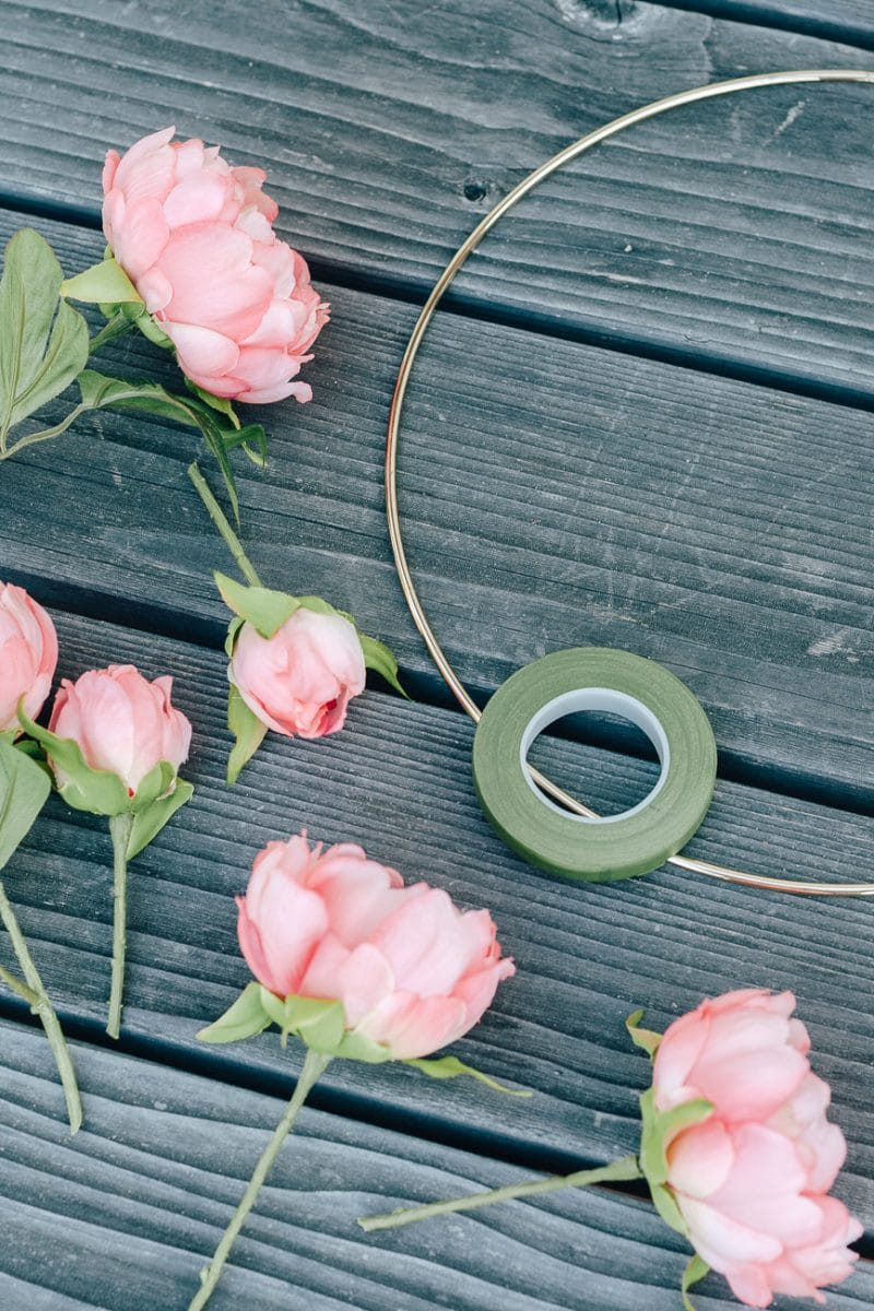 How to Make a DIY Hoop Wreath for Summer! These hoop wreaths have a minimal and modern look and will look great on your front door. Make a great front door impression.