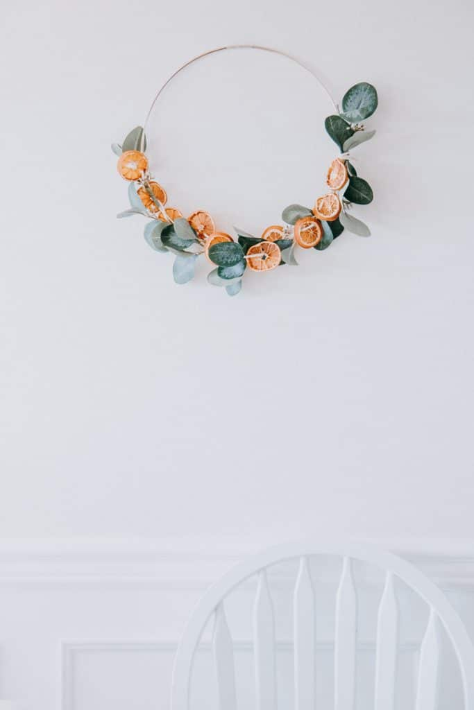 DIY Dried Orange Garland. Make this pretty garland just in time for the holiday seasons. You will be surprised how many ways you can use these garlands to decorate.#diyhomedecor #falldecorideas #christmas #christmascrafts