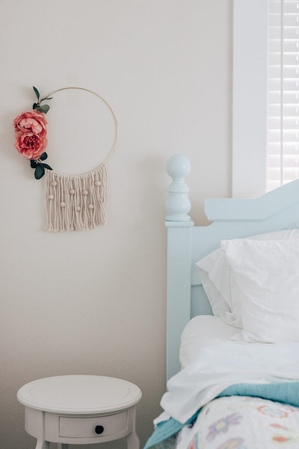 Great Tutorial for the easiest diy wall hanging with beads. Uses basic macrame knots, wooden beads and some faux flowers! #macrame #diy #crafts #homedecorideas #bohostyle