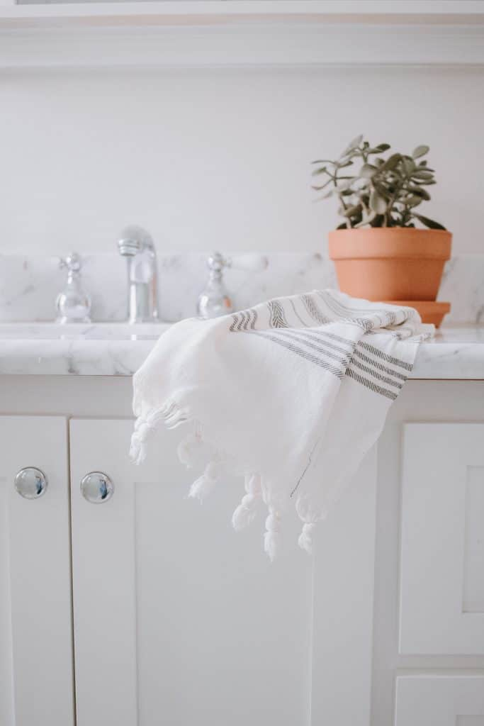 Super easy and inexpensive tutorial for making your own hand towels with loops for hanging. #sewing #diyhomedecor