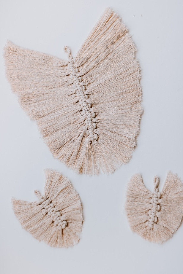 Simple DIY Macrame Feathers - Step by Step - You can make your own DIY Macrame Feathers with this easy and simple tutorial. This article has been shared almost 50k times - why don't you join us?