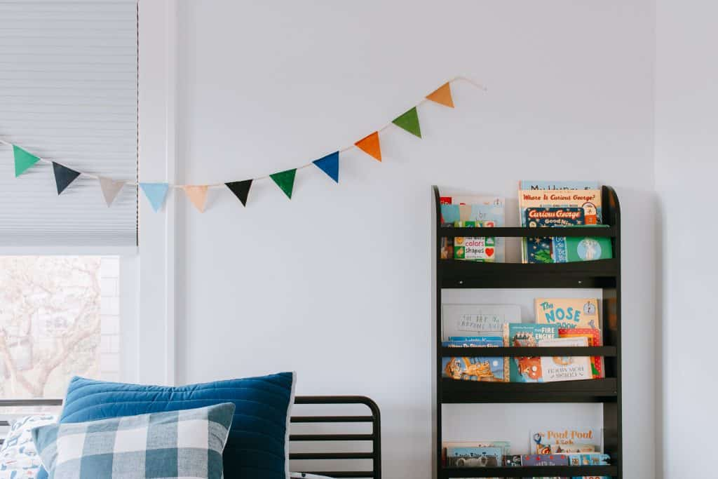 Looking for cute decor for your nursery or kids rooms? Make this trendy diy pennant garland banner. Super easy and inexpensive - click through to learn how! #diyhomedecor #diy