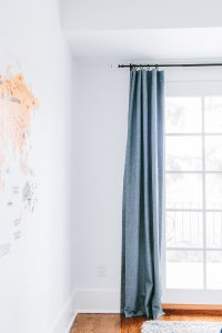 How to Get Curtains to Hang Straight. Discover the quick and easy tips! #howtohomedecor #curtains #homedecortips #homedecorideas