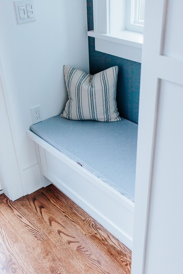 Tutorial for this Easy Indoor Cushion Cover with a Zipper. Much cheaper than buying a custom bench cover. Click through to get all the tips and steps. #patio #diy #sewing