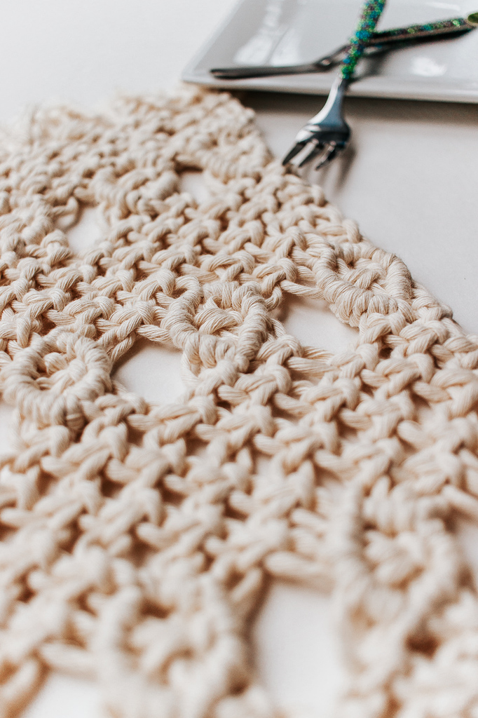 Inside : A simple tutorial for these pretty diy macrame placemats. You only three basic knots for this one! #macrameknots #kitchendecor #macrame