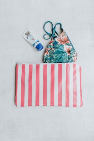 Learn how to make a simple swim wet bag! This easy project is perfect for summer and will keep your things clean and tidy. It's a mom's best friend and can be used for swimsuits, diapers, snacks, drinks and sunscreens. Click through to get the easy tutorial. #summer #diyprojects #sewing