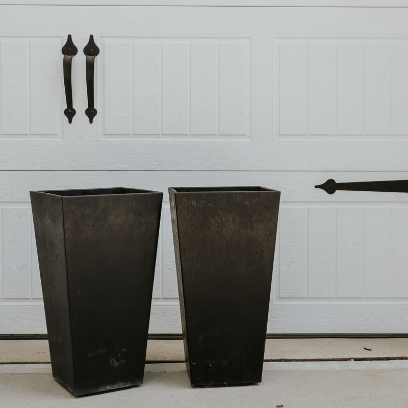 how to paint plastic planters - see how I transformed these old black planters into beautiful white ones. Tips and tricks in post.
